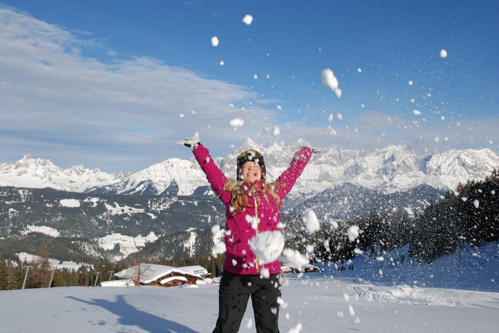 Mädchen wirft Schnee