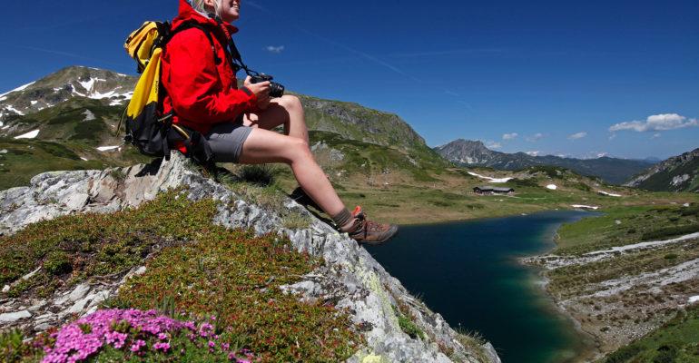 Frau beim Wandern in der Nähe der Oberhütte