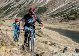 Mountainbiker am Seeufer